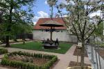 Dzielnica Bielany zafundowała nam ogród przed kościołem. DZIĘKUJEMY. Zapraszam na spacer. Od poniedziałku do czwartku w Podziemiach Kamedulskich na fortepianie gra sam Artur Dutkiewicz. Pod kościołem wszystko słychać. ZAPRASZAM -proboszcz